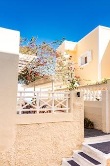 Architecture typique des maisons sur l'île de santorin en grèce dans les cyclades