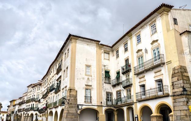 Architecture de la vieille ville d'evora au portugal