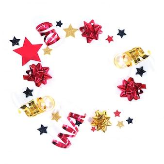Arcs de vacances rouges et or et étoiles serpentines, noires, rouges et or dans un cercle sur fond blanc.