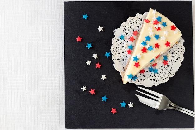 Une ardoise en ardoise au gâteau au fromage new york servie pour la célébration du 4 juillet aux etats-unis.