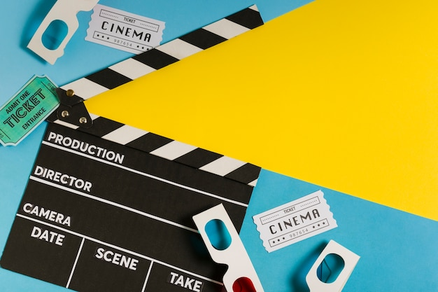 Ardoise de cinéma avec des billets de cinéma