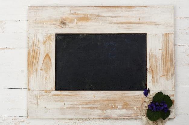 Ardoise d'école avec cadre en bois peint en blanc