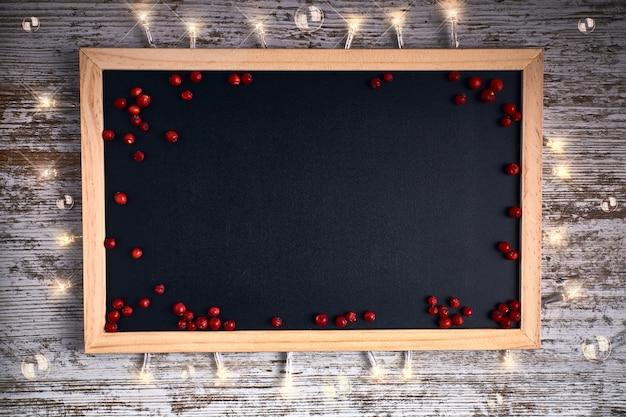 Ardoise noire avec petits fruits rouges et lumières