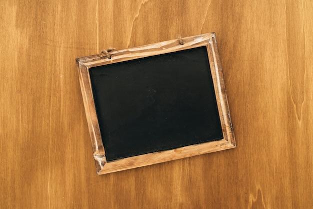 Ardoise sur la surface en bois