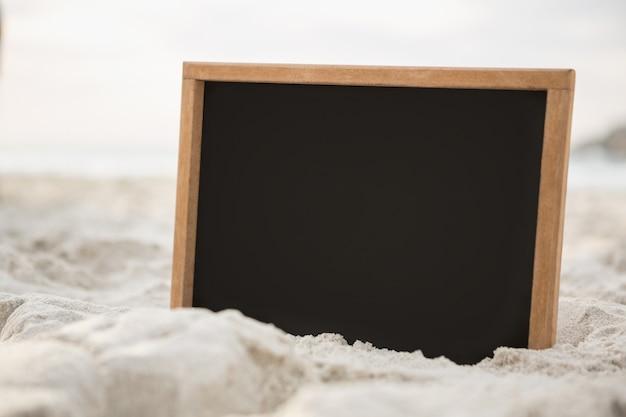 Ardoise vierge dans le sable