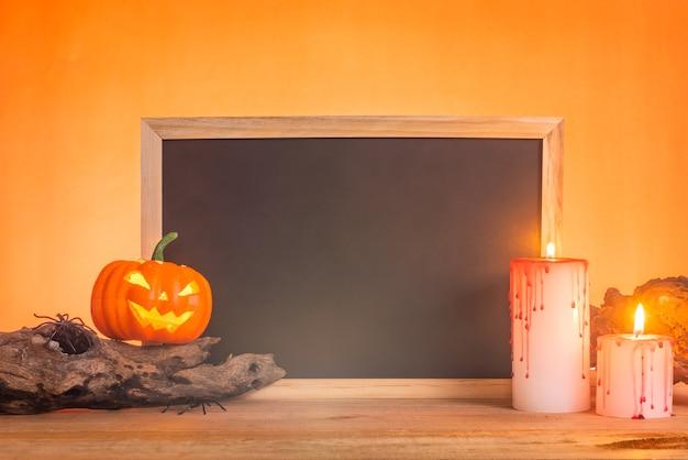 Ardoise vierge ou tableau noir décorer avec des objets d'halloween