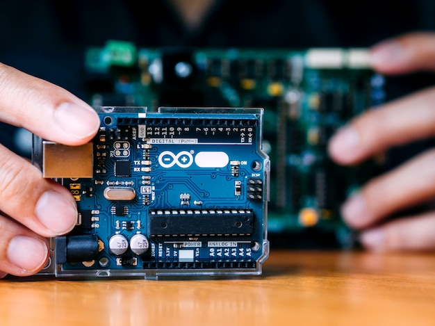 Arduino contrôle l'assemblage d'éléments larges par l'homme