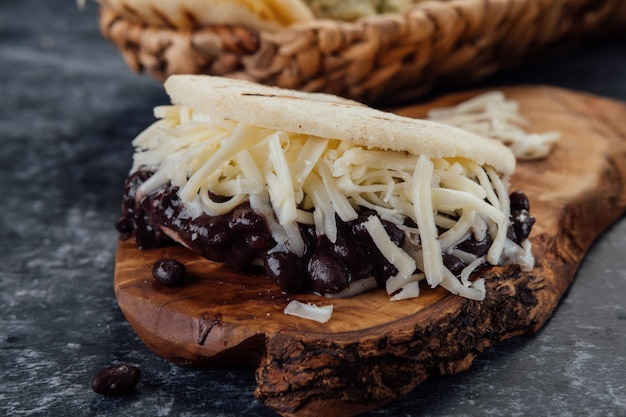 Arepa aux haricots noirs et fromage blanc. (arepa domino)