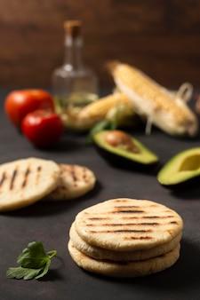 Arepas à angle élevé et légumes savoureux