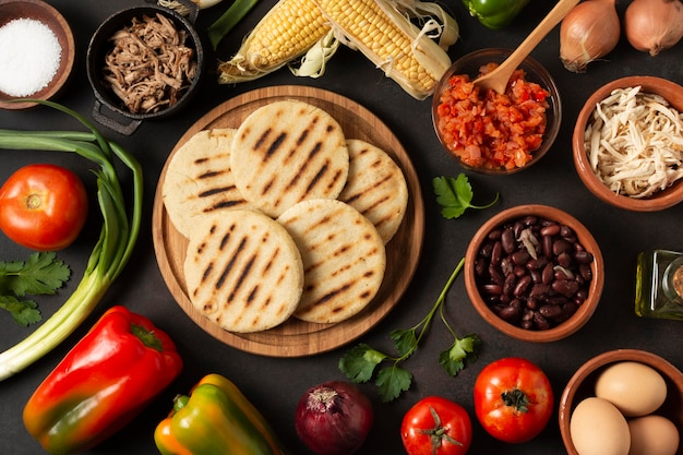 Arepas et légumes vue de dessus d'arrangement