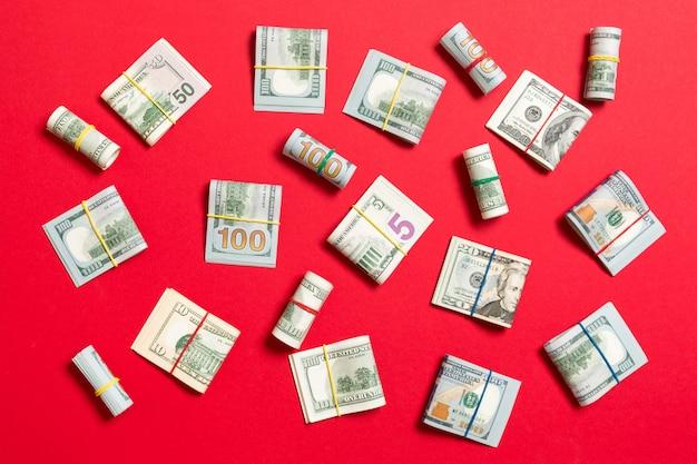 Argent américain cent billets sur rouge