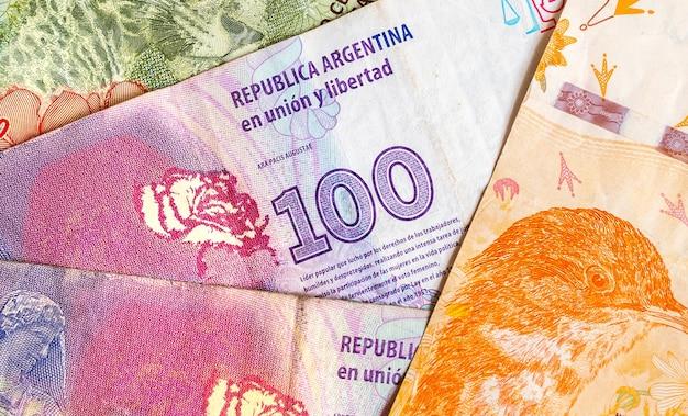 Argent argentine dans une photo gros plan pour le concept d'économie se référant au peso argentin