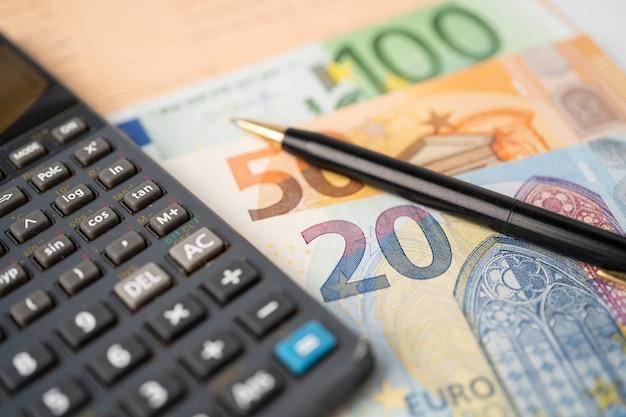 L'argent des billets en euros avec calculatrice sur papier graphique graphique. développement financier, compte bancaire, statistiques, économie de données de recherche analytique d'investissement, commerce, concept d'entreprise commerciale.