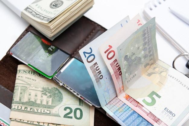 Argent, cartes de paiement et portefeuille. concept de paiements