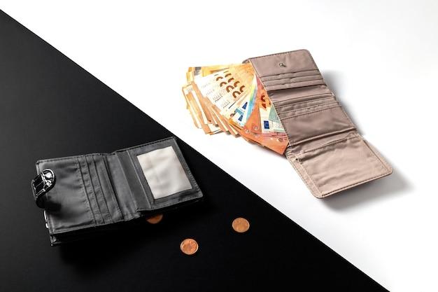Argent cash euro factures dans le portefeuille pièces de monnaie cents et un portefeuille vide noir et blanc
