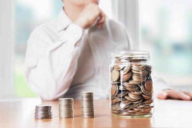 De l'argent dans un bocal en verre. la croissance économique. gestion d'entreprise. accumulation de capital.