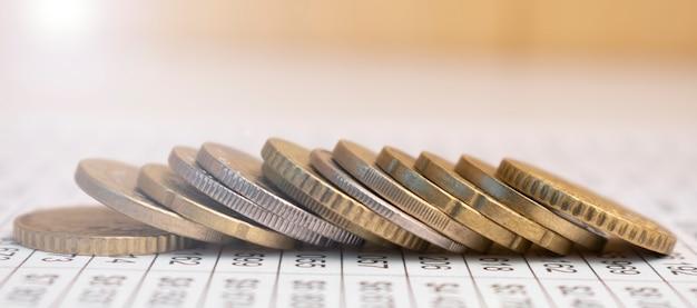 L'argent dans le concept de croissance du marché financier et commercial, il y a des pièces d'argent à empiler des pièces.