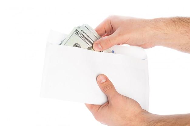 L'argent dans une enveloppe, la corruption.