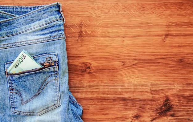 De l'argent dans la poche d'un jean. mise au point sélective.