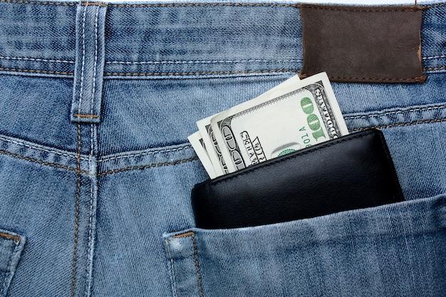 De l'argent dans votre portefeuille dans la poche arrière d'un jean