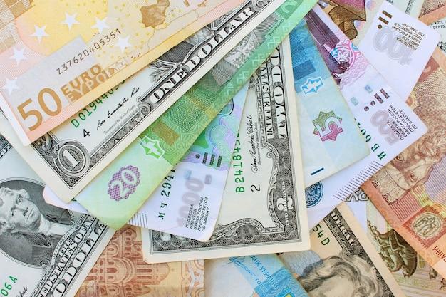 Argent de différents pays : dollars, euros, hryvnia, roubles