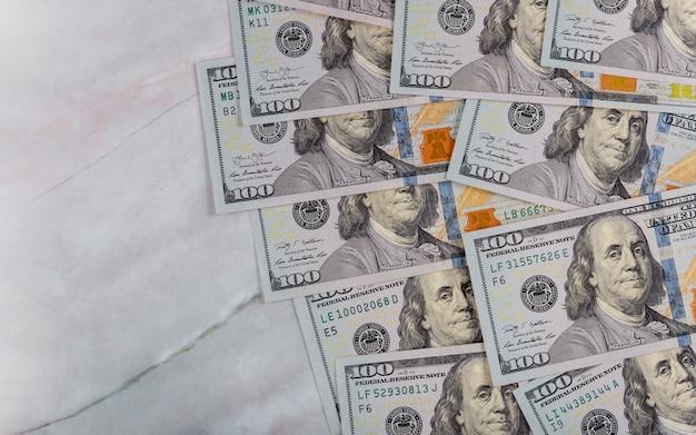 Argent en dollars américains sur fond de marbre pour les entreprises