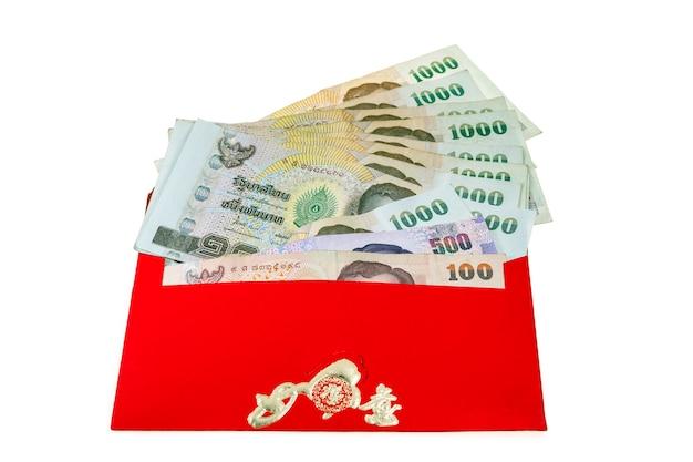 Argent du nouvel an chinois dans des enveloppes rouges cadeau isolé sur blanc.