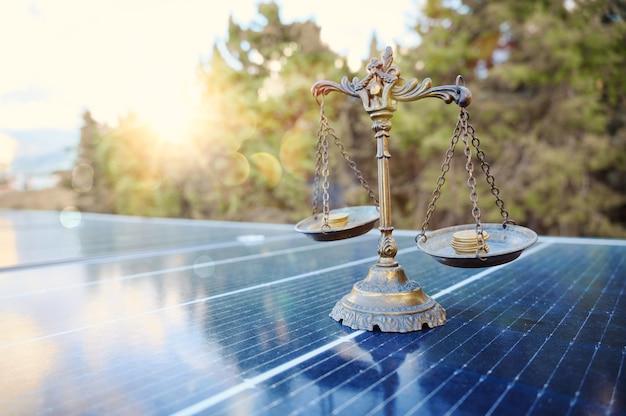 De l'argent économisé en utilisant de l'énergie avec un panneau solaire