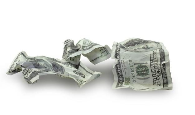 L'argent a écrasé des billets de cent dollars isolé sur fond blanc