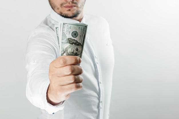 Argent entre les mains d'un homme d'affaires