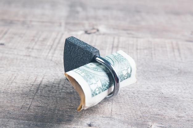 L'argent est verrouillé avec un cadenas