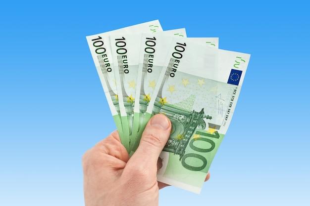 Argent euro dans une main sur bleu