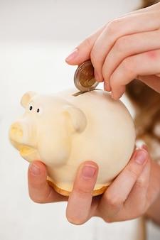 Argent, finances. femme avec cochon