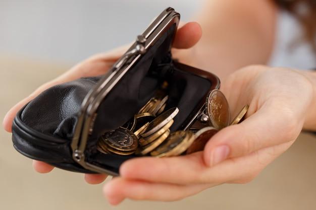 Argent, finances. femme avec portefeuille