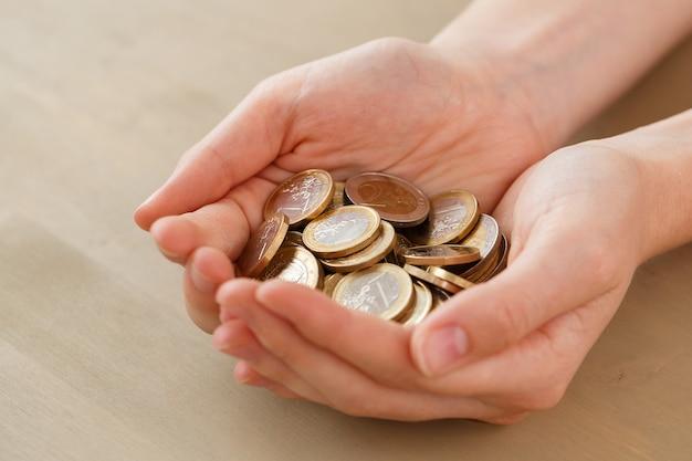 Argent, finances. femme avec tas de pièces