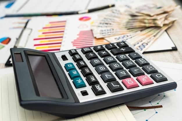 L'argent de la hryvnia ukrainienne se trouve sur des graphiques commerciaux ou des graphiques au bureau