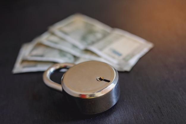 Argent indien avec serrure, concept de protection de l'argent