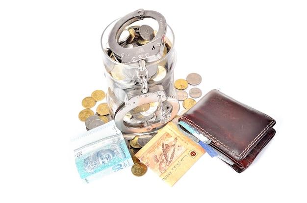 Argent liquide et menottes. le concept de crime et de corruption