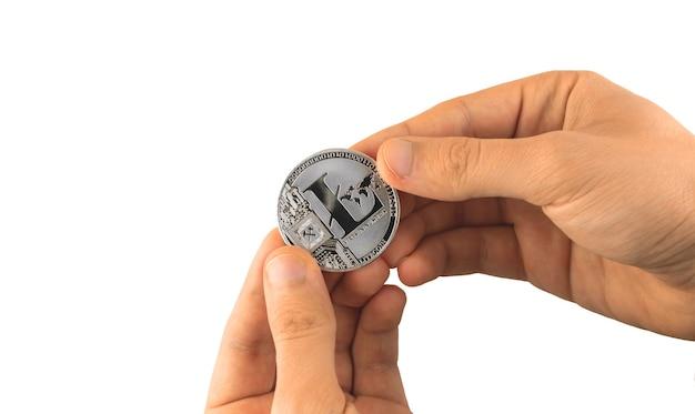 Argent litecoin crypto-monnaie dans les mains des hommes isolés sur fond blanc