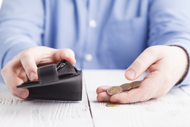 Argent nickel et portefeuille vide