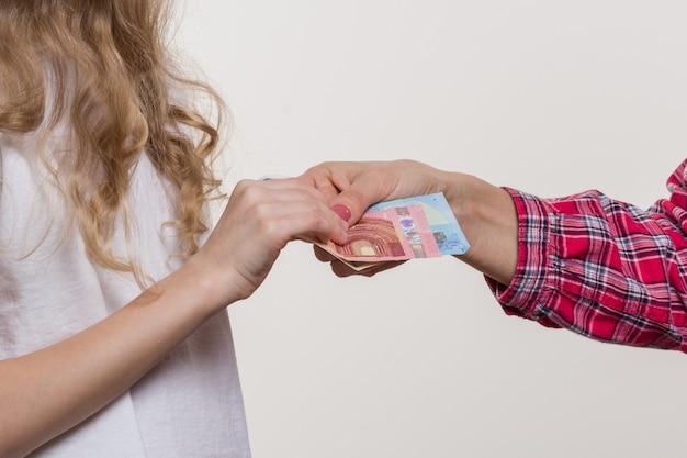 Argent de poche. maman donne de l'argent à l'enfant