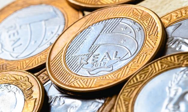 Argent réel brl du brésil pièces de monnaie brésiliennes en gros plan