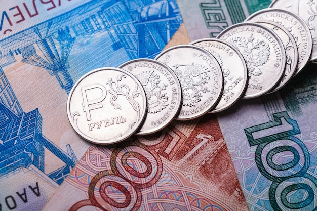 L'argent russe pour l'illustration des nouvelles économiques et financières. pièces avec symbole de la monnaie russe et divers projets de loi