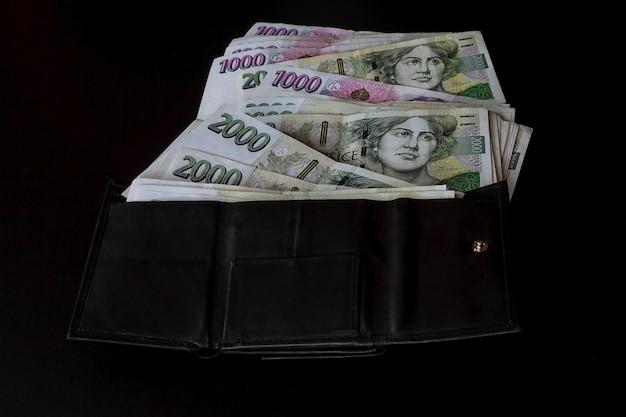 Argent tchèque sur fond noir. billets de 2000. couronnes tchèques dans un portefeuille noir.