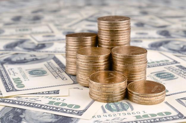 L'argent ukrainien repose sur de nombreux billets de cent dollars américains