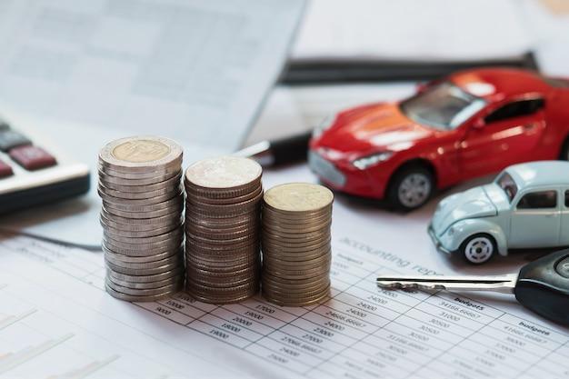 Argent et voiture de jouet floue. la notion de financement des assurances et des finances