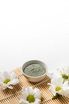 Argile cosmétique bleue sèche pour masque de soin du visage sur tapis de bambou