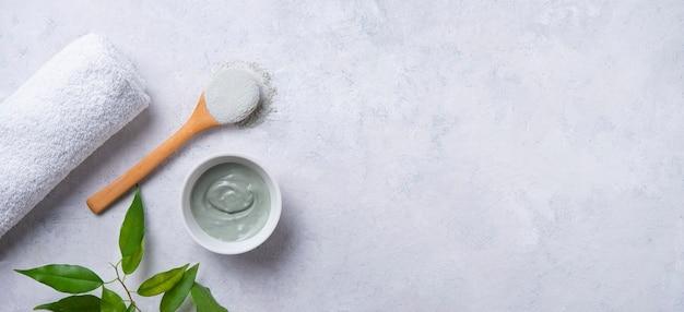 Argile verte cosmétique sur un bol en céramique
