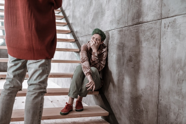 Argumentation sérieuse. petite amie aux cheveux courts en pleurs ayant une sérieuse dispute avec son petit ami