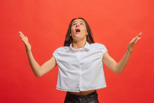Argumenter, argumenter le concept. beau portrait de femme demi-longueur isolé sur rouge. jeune femme surprise émotionnelle